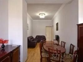 3 սենյականոց օրավարձով բնակարան Տպագրիչներ փողոցում, կենտրոն, 3րդ հարկ