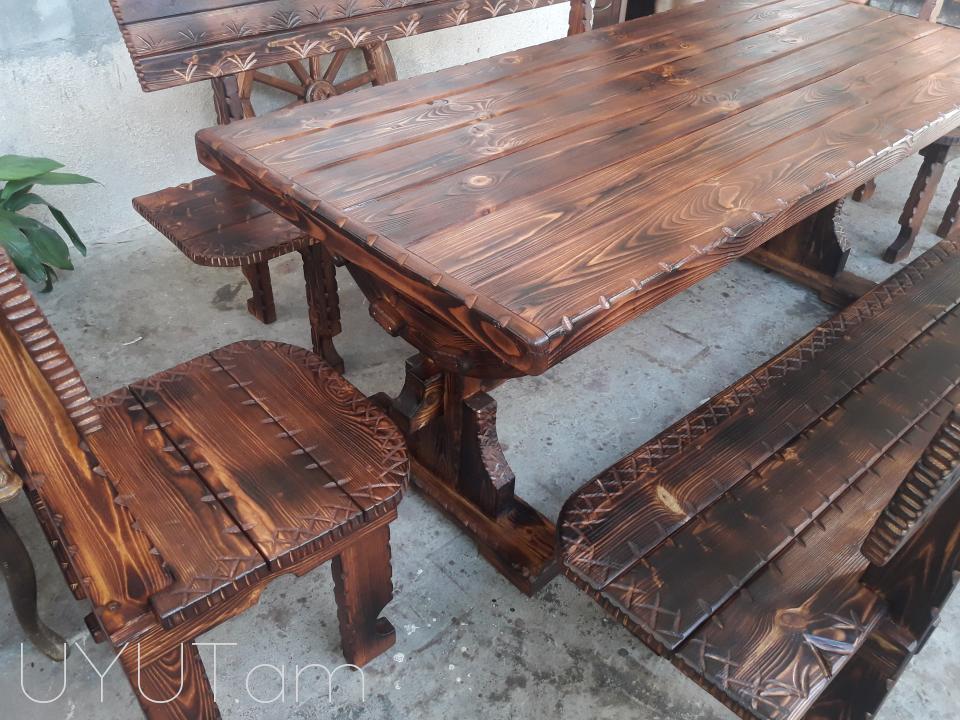 Փայտյա սեղան աթոռներով և նստարաներով